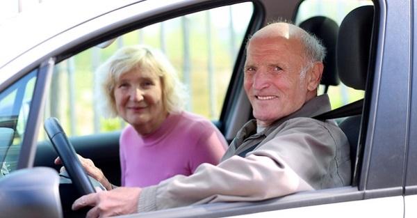 Для получения льготы по транспортному налогу пенсионеру необходимо обратиться в местную ИФНС