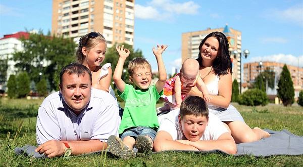 Для улучшения демографического положения в стране, правительством принято решение о разработке комплекса мер,  направленных на улучшение жизни многодетных семей в России