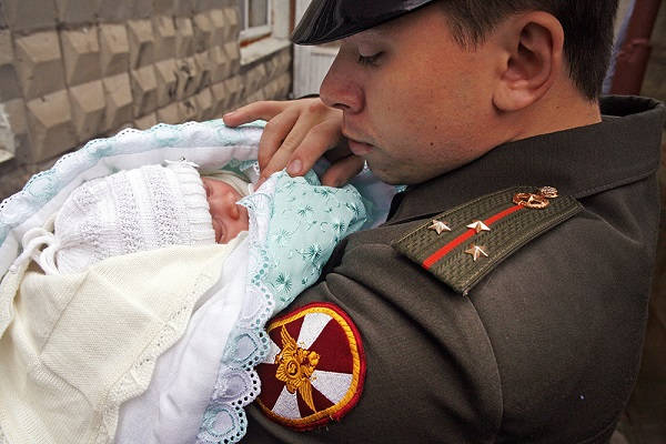 Жены солдатов-срочников могут рассчитывать на материальное пособие по уходу за ребенком от государства